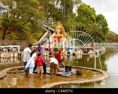 Ganga Talao Grand Bassin Maurice Famille adorer Parvati dans Hindu Temple Banque D'Images