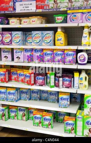 Les lessives en poudre en étagère de magasin afficher, UK