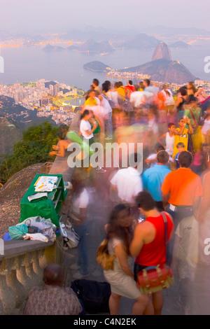 Les touristes au Christ Rédempteur profiter du paysage de mont du Pain de Sucre et la baie de Guanabara, Rio de Banque D'Images