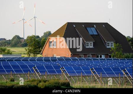 Allemagne , mer du Nord , l'île de Pellworm champ solaire de E-on AG et éoliennes Banque D'Images