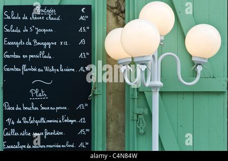 Cafe traditionnel français de menu Entrées et plats dans la ville pittoresque de Castelmoron d'Albret dans la région Banque D'Images