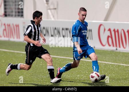 Adam Armstrong du Newcastle United FC U15(Droite) tente d'obtenir après Crepaldi Federico au cours de la 23e Coupe Banque D'Images