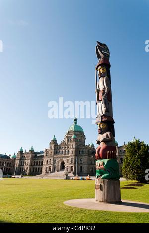 Totem près des édifices du Parlement. Victoria, île de Vancouver, Colombie-Britannique, Canada.