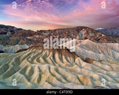Falaises érodées et sunrise de Zabriskie Point. Death Valley National Park, Californie Banque D'Images