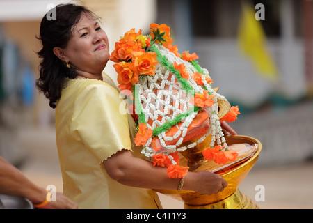 Thai woman holding offrande religieuse à la nouvelle célébration moine bouddhiste en Thaïlande, ville Uttaradit