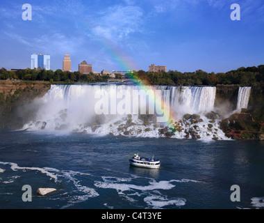 Niagara Falls New York et un arc-en-ciel sur les chutes américaines vu de Ontario Canada avec un bateau d'excursion Banque D'Images