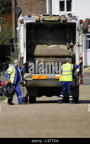La collecte des ordures ramasseurs dans une rue résidentielle de la Grande-Bretagne. Photo par James Boardman.