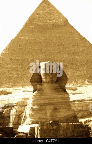 Le grand Sphinx et la pyramide de Gizeh Khepre sur le plateau, Le Caire, Egypte Banque D'Images
