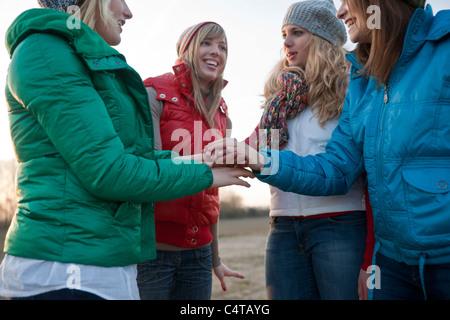 Les adolescents en caucus Banque D'Images