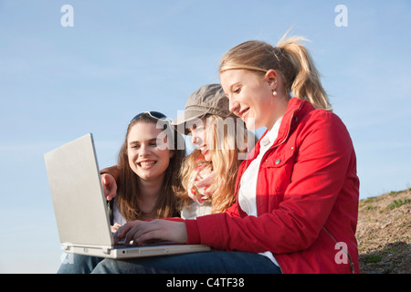 Les adolescents using Laptop Banque D'Images