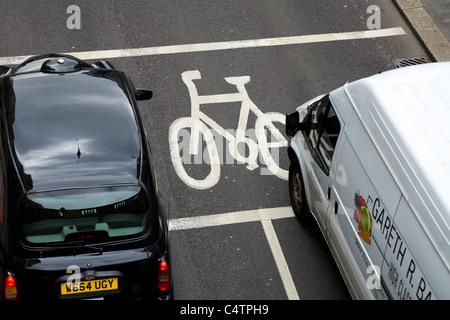 Ligne d'arrêt avancée (ASL) désignés pour les cyclistes / peint fort junction pour location / vélo / randonnée / lanes / lane. Londres. Une location de véhicule taxi taxi noir est dans la boîte