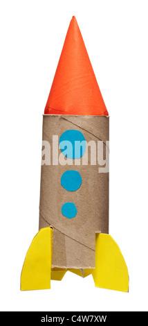 L'enfant fait maison rocket, studio shot Banque D'Images