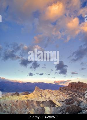 Morning Sunrise nuages à Zabriskie Point, Death Valley National Park, Californie Banque D'Images