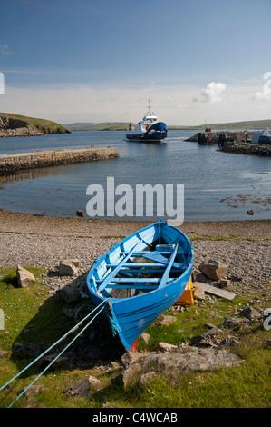L'île de Yell ferry arrivant à la partie continentale de la Shetland au boot de Toft en Toft Voe. 7283 SCO. Banque D'Images