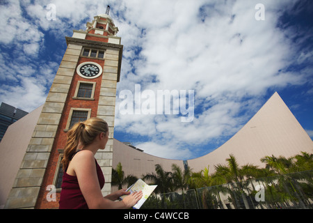 À la femme à l'ancienne tour de l'horloge, KCR Tsim Sha Tsui, Kowloon, Hong Kong, Chine Banque D'Images