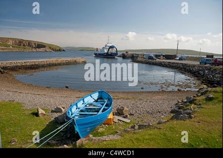L'île de Yell ferry arrivant à la partie continentale de la Shetland au boot de Toft en Toft Voe. 7284 SCO Banque D'Images