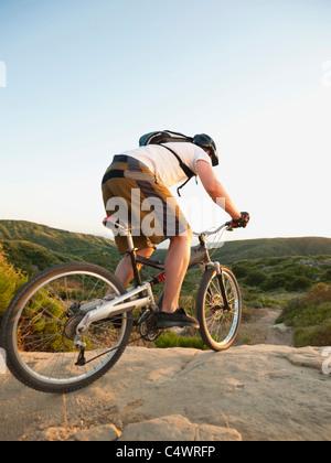 États-unis, Californie, Laguna Beach, Man cycling Down Hill Banque D'Images