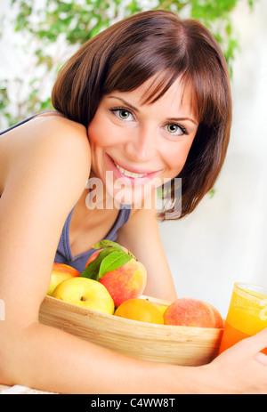Portrait de santé de la jeune femme avec bol de fruits frais, concept de la diète, la saine alimentation et la perte Banque D'Images