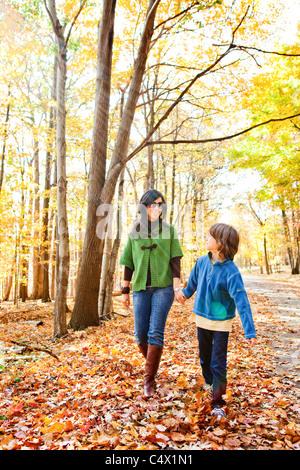 Mère marcher avec fils en forêt