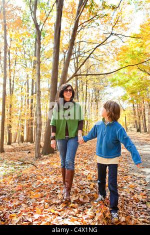 La mère et le fils de marcher à travers les bois