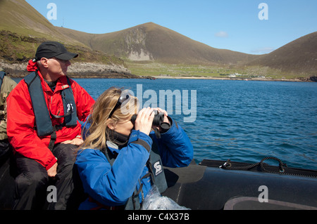 L'Écosse, Saint-kilda, îles Hébrides extérieures. L'observation des oiseaux le long de la côte par zodiac lors de l'historique de l'île de hirta.