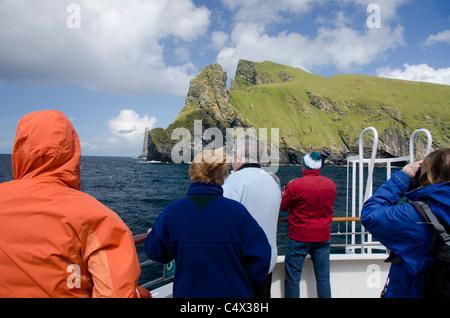 L'Écosse, Saint-kilda, îles Hébrides extérieures. L'observation des oiseaux le long de l'île de Boreray.