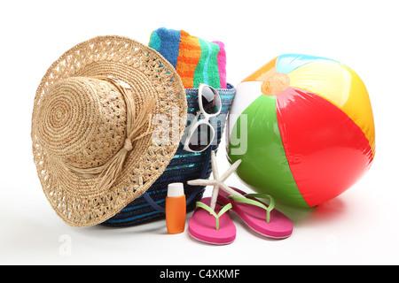Articles de plage avec chapeau de paille,serviette,tongs,protection solaire,ballon de plage et lunettes de soleil. Banque D'Images