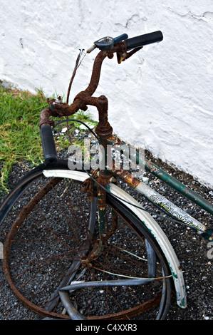 Un vieux vélo Rouillé s'appuie contre un mur à Cape Otway près du phare de la Great Ocean Road Victoria Apollo Bay Banque D'Images