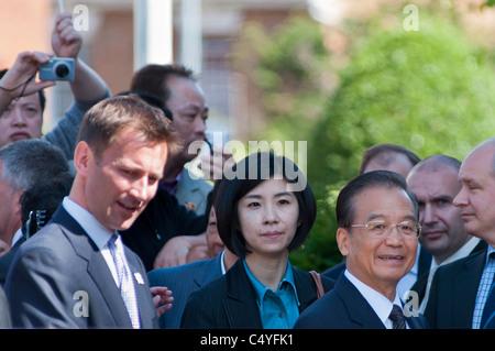 Le Premier ministre chinois Wen Jiabao et interprète avec secrétaire de la Culture Jeremy Hunt visiter Stratford-upon-Avon, Royaume-Uni, 2011.