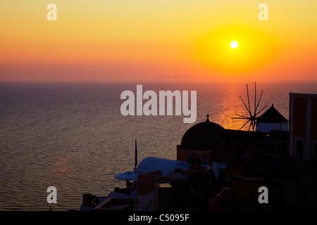 Typique de Santorin île grecque célèbre coucher de soleil à Oia caldera jaune brillant silhouette de ville se dorant Banque D'Images
