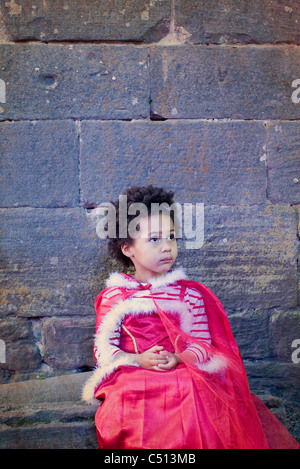 Petite fille habillé en costume, portrait Banque D'Images