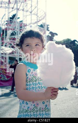 Little girl holding Cotton Candy à la juste, portrait Banque D'Images