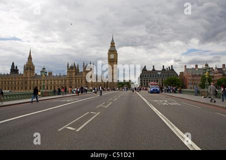 Vue sur le pont de Westminster vers les chambres du parlement. Banque D'Images