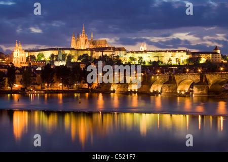 L'humeur du soir au pont Charles en face du Château de Prague, quartier du château, Hradcany, Prague, République Banque D'Images