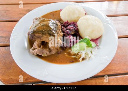 Roulade de boeuf avec des boulettes de Thuringe et de chou rouge aux pommes Banque D'Images