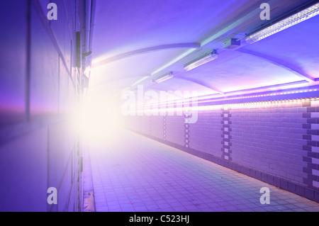 Image symbolique, la lumière au bout du tunnel Banque D'Images