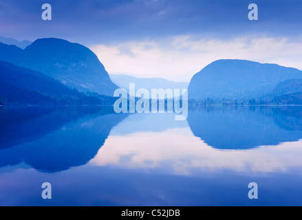 Blue Mountains reflète dans l'eau du lac. Le lac de Bohinj, en Slovénie. Banque D'Images