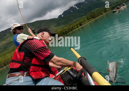 A mature couple attraper un Dolly Varden tout en rafting sur la rivière Kenai près de Cooper Landing, péninsule Banque D'Images
