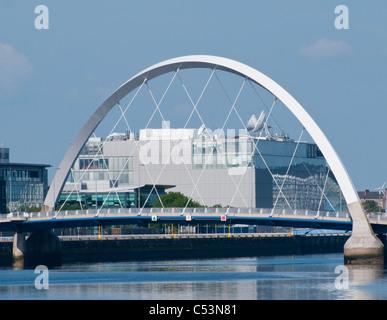 Le Clyde Arc (connu localement sous le pont enjambe la) Aux Clyde. BBC Scottish encadrée de l'administration centrale à l'arrière-plan