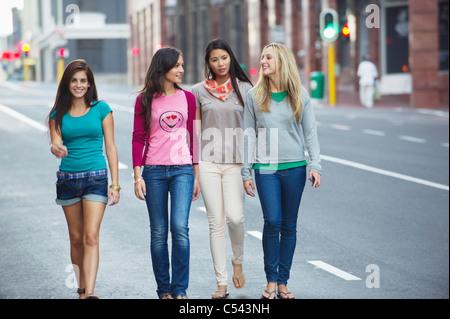 Portrait d'une belle femme marchant avec des amis sur la route Banque D'Images
