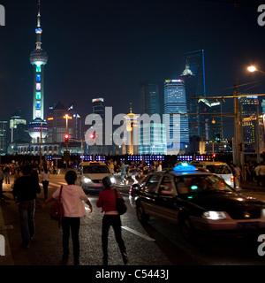 Les touristes avec Oriental Pearl Tower en arrière-plan, le Bund, Shanghai, Chine Banque D'Images