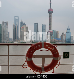 Oriental Pearl Tower et sur les toits de la ville, la rivière Huangpu, Pudong, Shanghai, Chine Banque D'Images