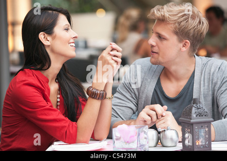 Young couple sitting in a restaurant Banque D'Images