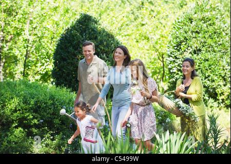 Professionnels multi generation family enjoying dans le jardin Banque D'Images