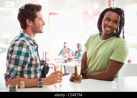 Avoir des amis de la bière dans un bar Banque D'Images
