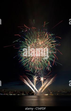 Macy's Juillet 4th, 2011 spectacle de feux d'artifice sur la rivière Hudson à New York. © Craig M. Eisenberg Banque D'Images