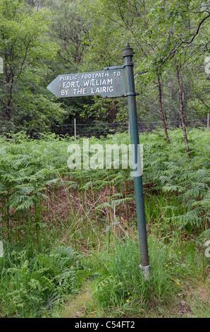 Enseigne sur une partie de la West Highland Way entre Kinlochleven et Fort William. Banque D'Images
