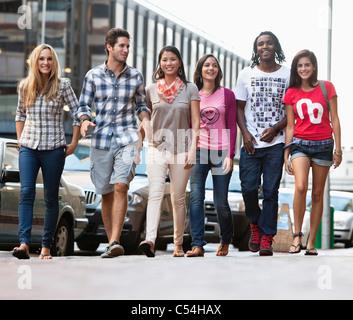 Smiling friends walking together Banque D'Images