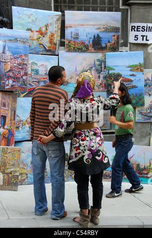 ISTANBUL, TURQUIE. Un jeune couple turc peintures à vendre sur Galipdede Caddesi dans quartier de Beyoglu. 2011. Banque D'Images