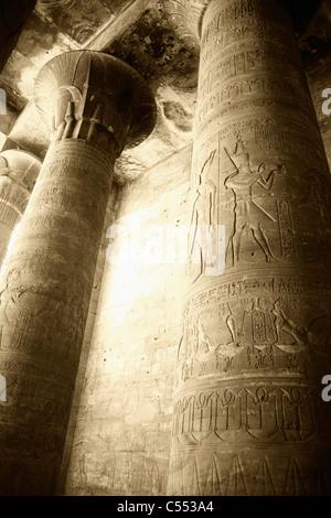 L'Egypte, Edfou, la salle hypostyle externe au Temple d'Horus Banque D'Images